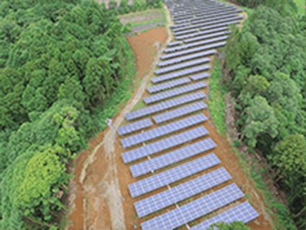ソーラーパネルが山の中に並んでいる写真