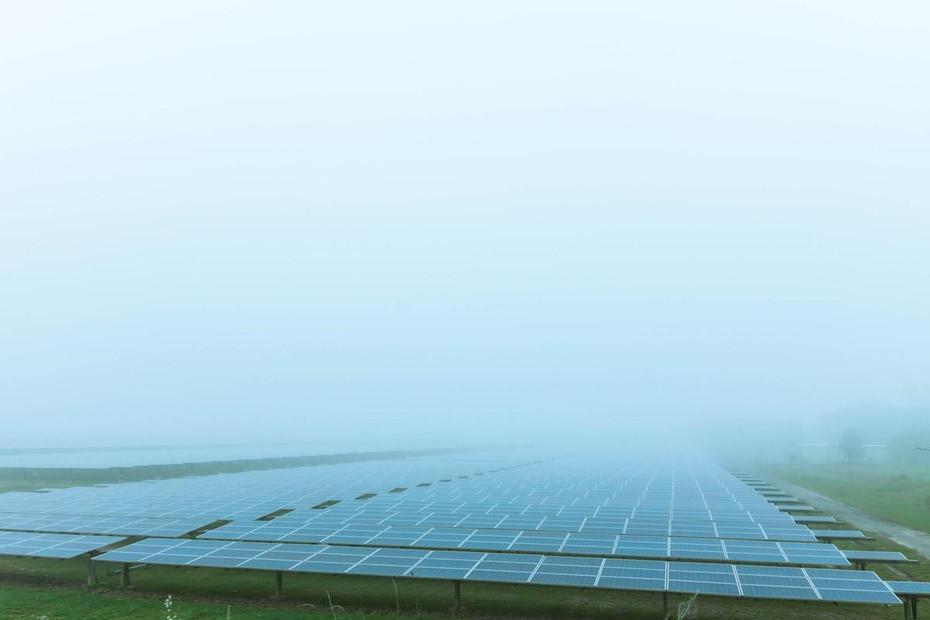 霧に包まれた太陽光パネル